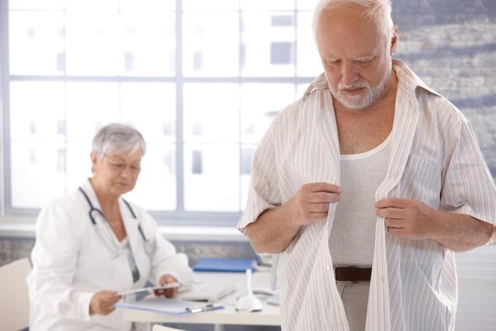 Nálepka Pixerstick Mužský pacient svlékání na pokoji lékaře - Profese
