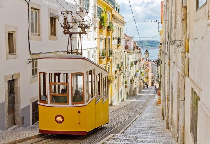 Papier Peint Vinyle Tramway historique dans une rue de Lisbonne - Thèmes