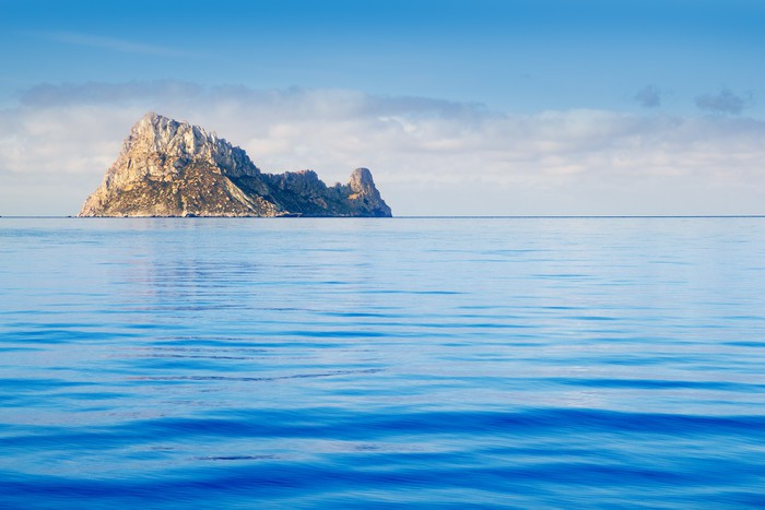 Vinylová Tapeta Ostrov Ibiza Es Vedra v klidné modré vodě - Evropa