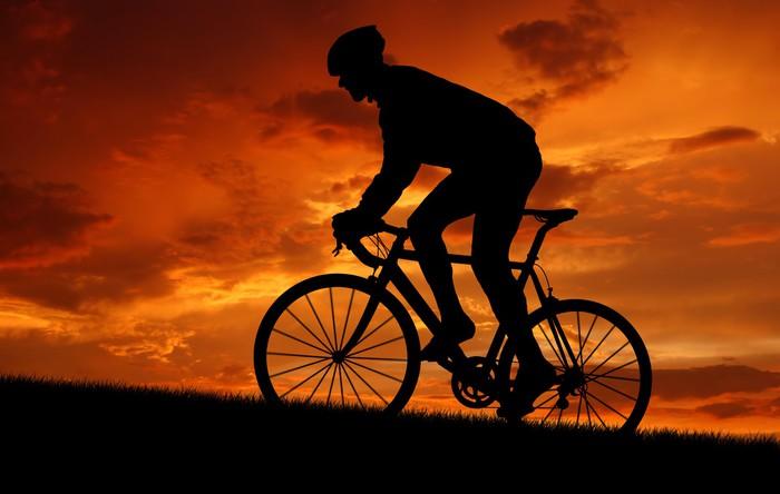 Vinylová Tapeta Silueta cyklisty, jízda na silniční kolo při západu slunce - Cyklistika