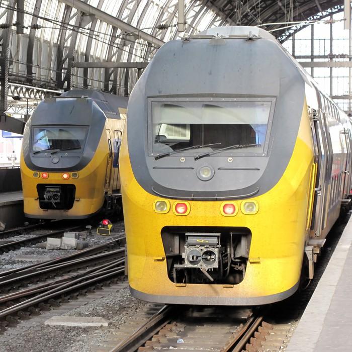 Carta da parati i treni passeggeri in stazione centrale di for Carta da parati prezzi bassi