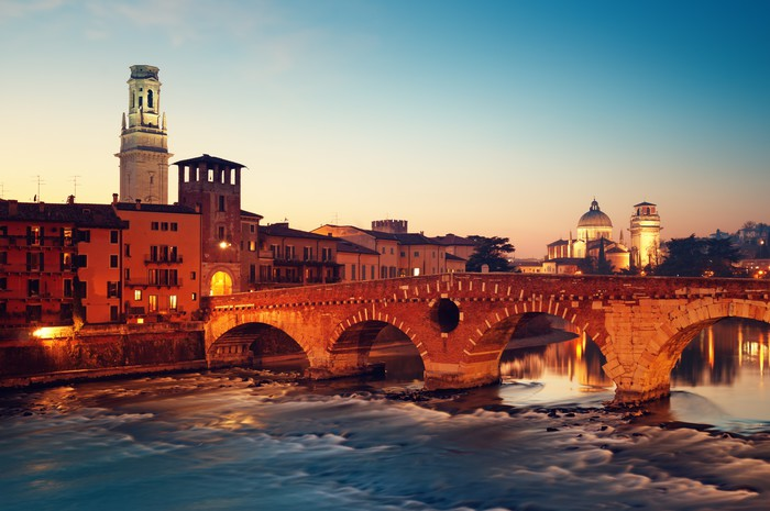 Vinylová Tapeta Ponte Pietra a řeka Adige v noci .. - Evropa