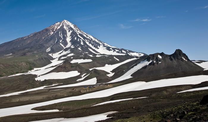Vinylová Tapeta Вид на гору Верблюд и вулкан Корякский (Камчатка) - Hory