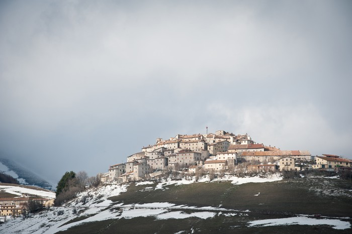 Vinylová fototapeta Castelluccio di Norcia, Itálie. V zimním období se sněhem. - Vinylová fototapeta