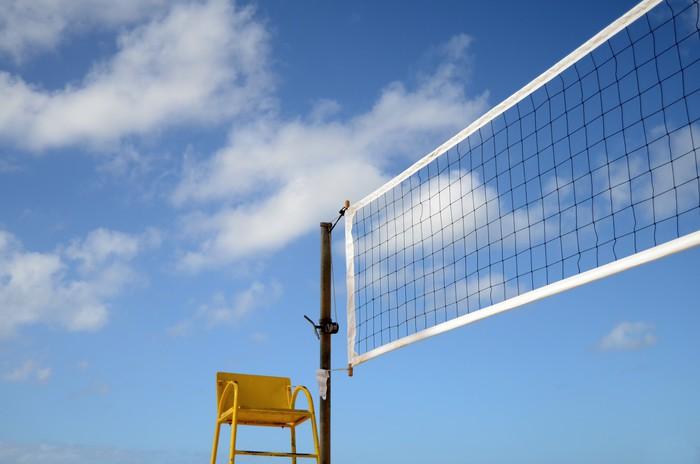 Vinylová Tapeta Sport obraz síť na volejbal na pláži s rozhodčím židle - Týmové sporty