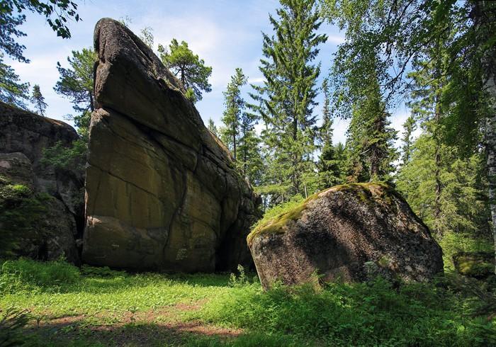 Vinylová Tapeta Skála v lese u rezervních Krasnojarsk pilířů, Rusko - Hory