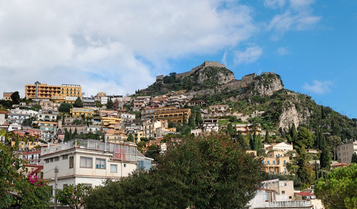 Vinylová Tapeta Monte Tauro s hradním aboveTaormina město na Sicílii, Itálie - Evropa