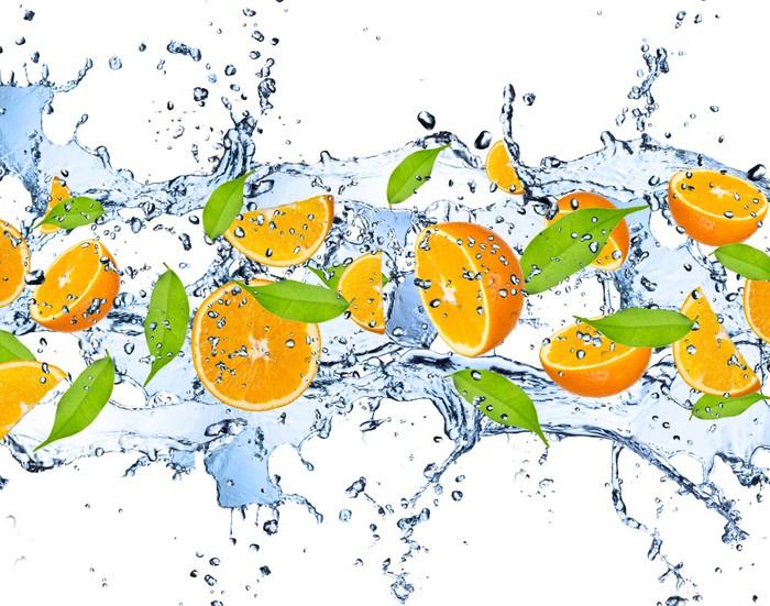 Vinylová Tapeta Čerstvé pomeranče ve stříkající vodě, izolovaných na bílém pozadí - Voda