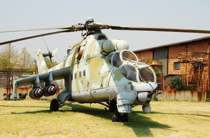 Vinylová Tapeta Sovětská éra vojenského vrtulníku na farmě dvoře - Násilí a zločin