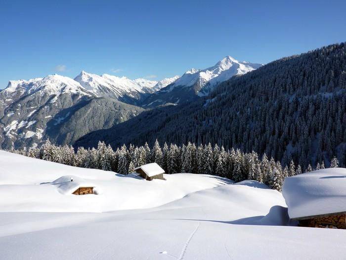 Vinyltapet Winterlandschaft mit eingeschneiten Almhütten - Helgdagar