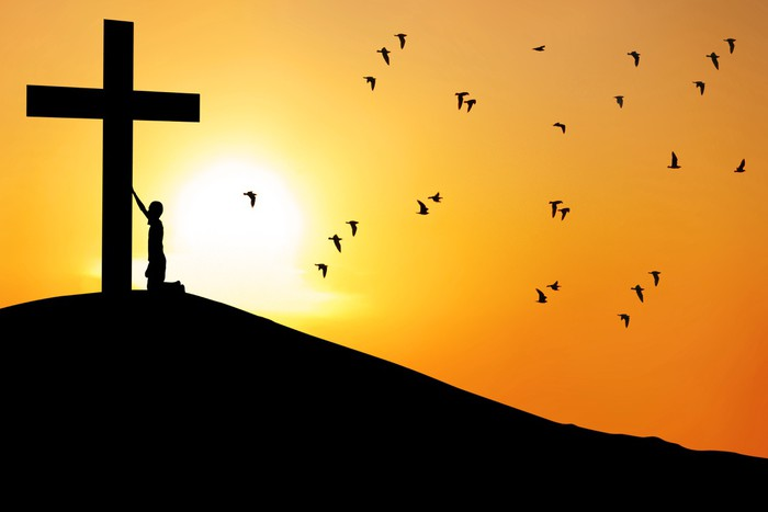 Vinylová Tapeta Muž uctívají kříž - Náboženství
