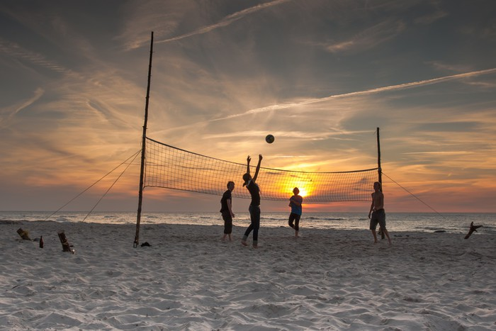 fototapete volleyball am strand bei sonnenuntergang. Black Bedroom Furniture Sets. Home Design Ideas