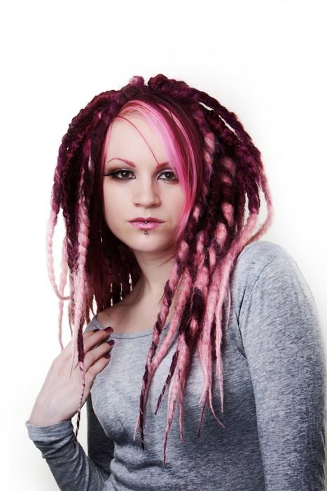 Portret kobiety z dredami włosy