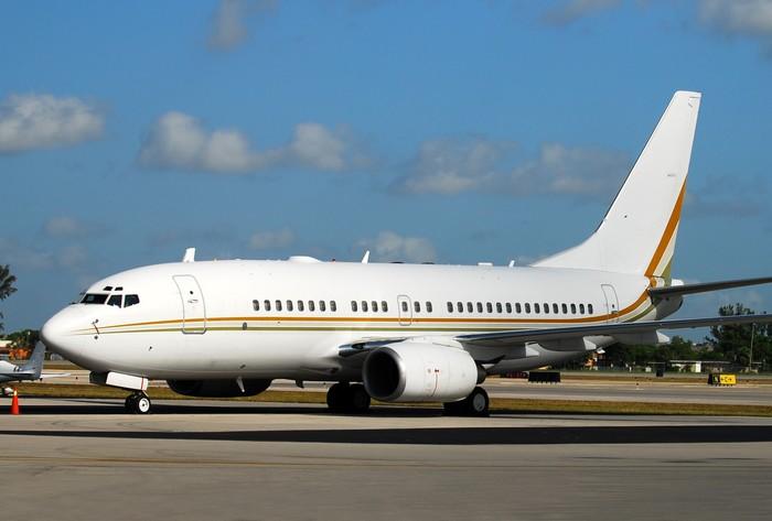 Vinylová Tapeta Moderní osobní letadlo čeká letu na dráze - Vzduch