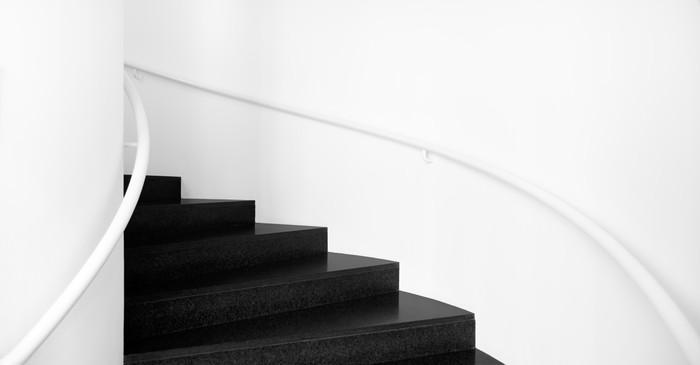 Witte vloer vinyl : Fotobehang wenteltrappen tussen witte muren en zwarte vloer u2022 pixers