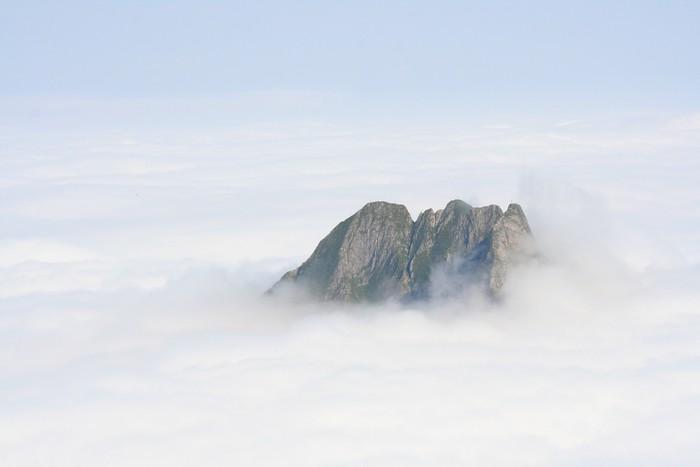 Vinylová Tapeta Allgäuer Alpen v Wolken - Blick auf die Höfatz - Outdoorové sporty
