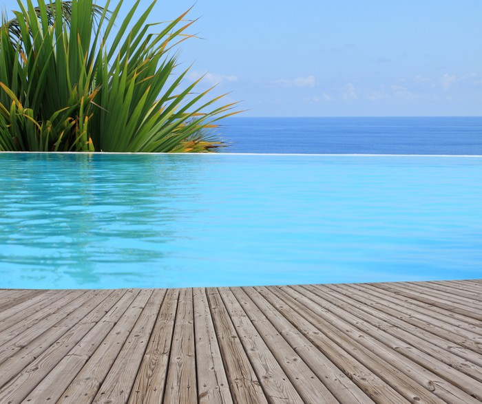 Piscine d bordement margelle bois poster pixers we for Changer margelle piscine