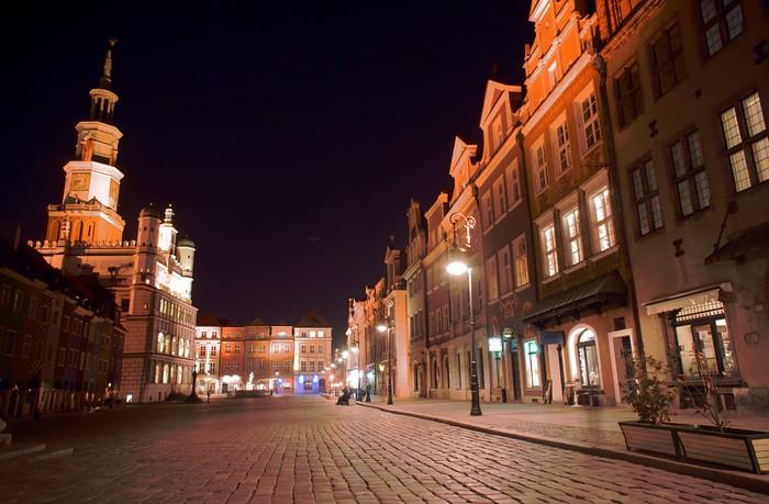 Papel Pintado Estándar Casas y el ayuntamiento en el mercado por la noche en Poznan 2 - Temas