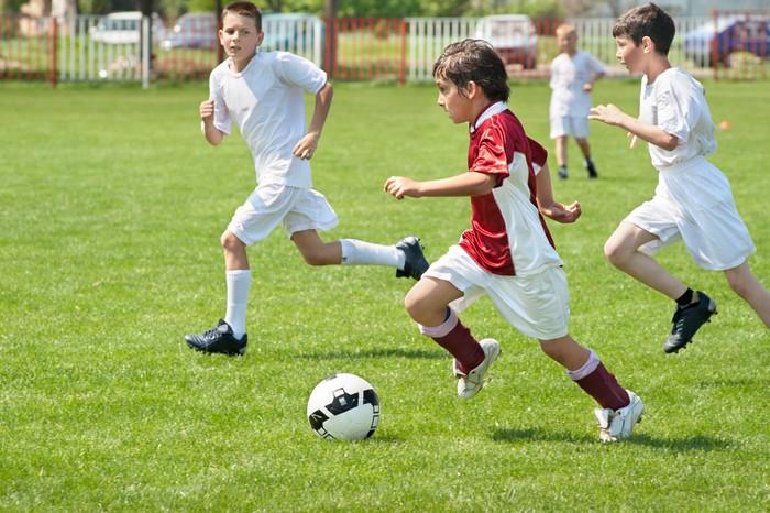 Fototapete jungen kicking ball pixers wir leben um for Fototapete jungen