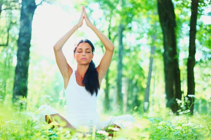 Vinylová Tapeta Mladá žena, která dělá cvičení jógy v zeleném parku - Osud