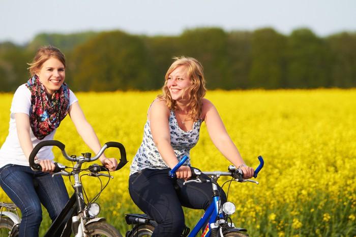 Leinwandbild Freundinnen machen Radtour - Themen