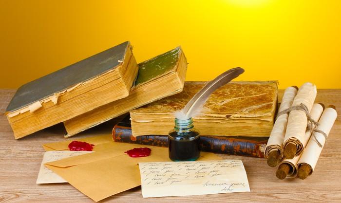Carta da parati libri antichi pergamene penna penna e for Carta parati libri