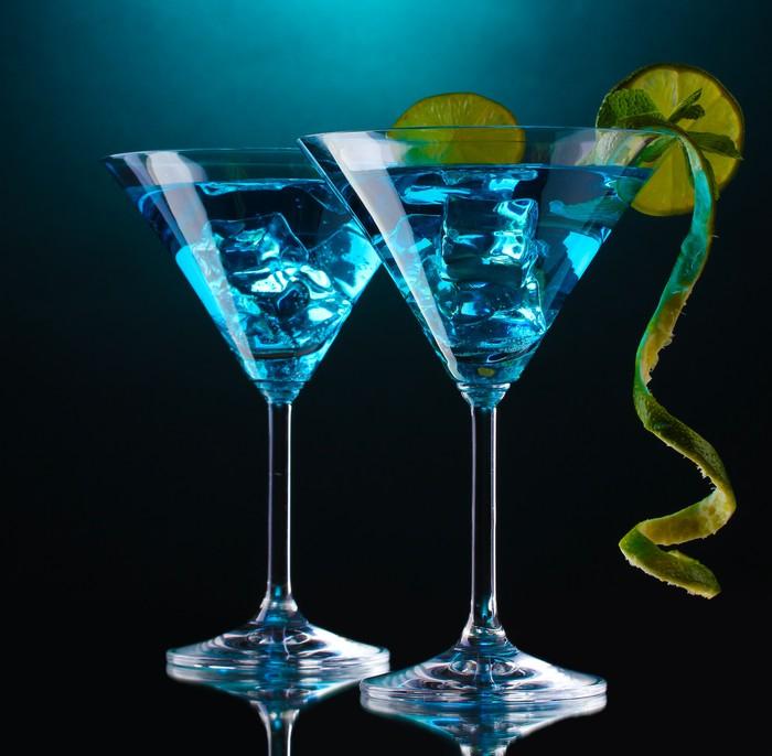 fototapete blau cocktail in martini gl ser auf blauem hintergrund pixers wir leben um zu. Black Bedroom Furniture Sets. Home Design Ideas