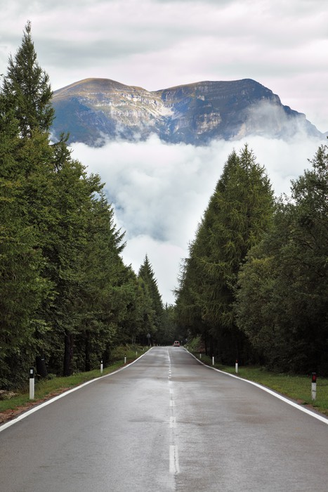 Vinylová Tapeta Mokré lesklé silnice, nízké kupovité mraky - Evropa
