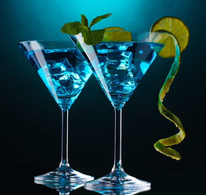 fotobehang blauwe cocktail in martini glazen op blauwe achtergrond pixers we leven om te. Black Bedroom Furniture Sets. Home Design Ideas