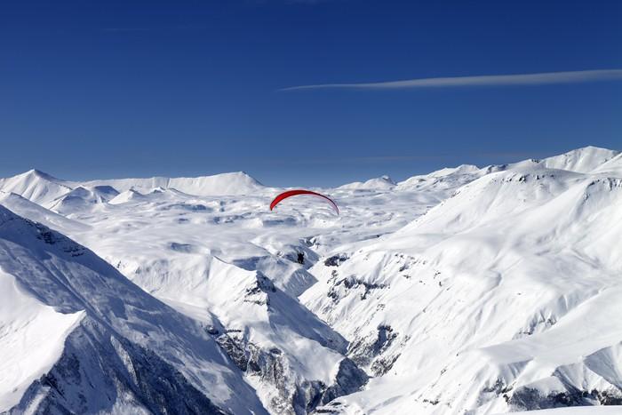 Vinylová Tapeta Sky létání v zasněžených horách - Extrémní sporty