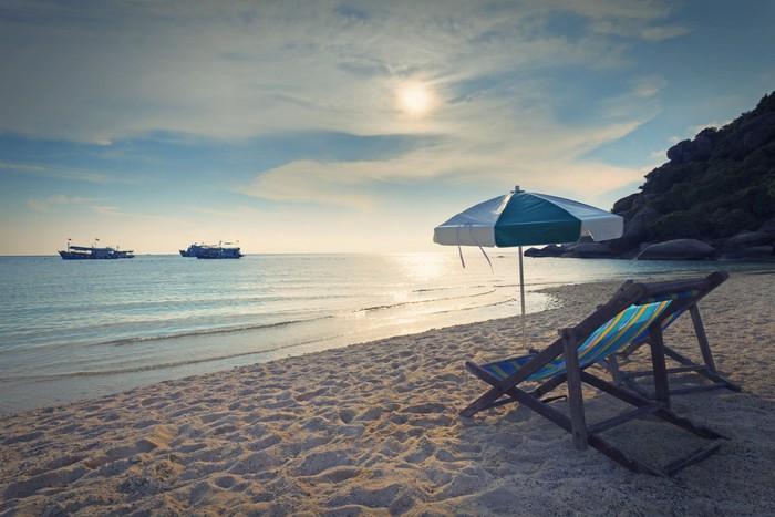 Vinylová Tapeta Dřevo židle postel a deštníku na písečné pláži při západu slunce čas - Ostrovy