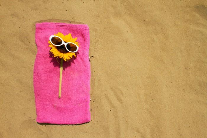 Vinylová Tapeta Legrační slunečnice se slunečními brýlemi na dovolené na pláži - Prázdniny