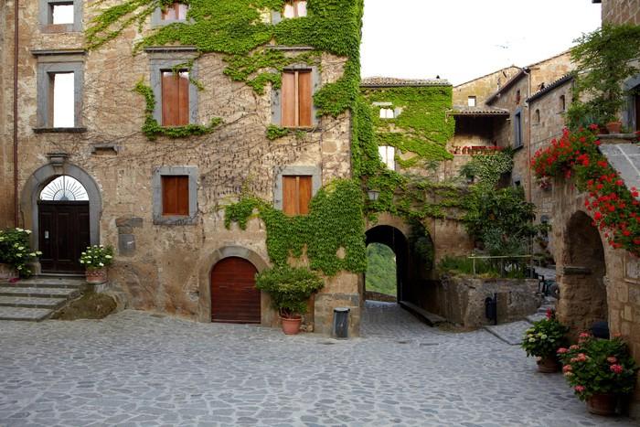carta da parati vicolo stretto con vecchi edifici in citt