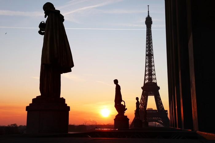Vinylová Tapeta Eiffelova věž pohled při východu slunce - Evropská města