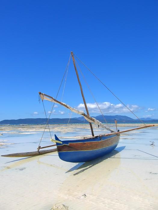 Papier Peint Vinyle Détail d'un bateau de pêcheur portant sur une plage, Nosy Iranja - Thèmes