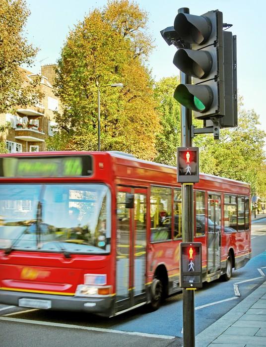 Vinylová Tapeta Červený autobus na ulici. - Evropská města