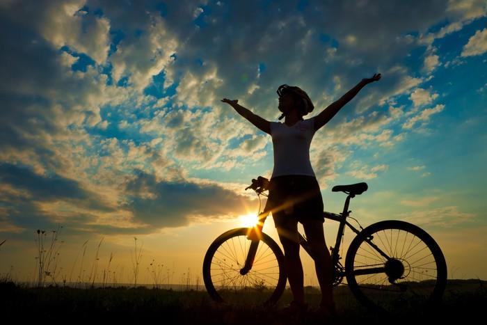 Vinylová Tapeta Biker dívka při západu slunce na louce - Cyklistika