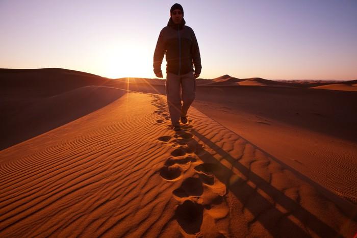 Vinylová Tapeta Hike v poušti - Outdoorové sporty