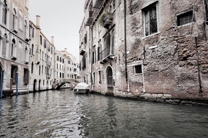 Vinylová Tapeta Tmavá scéna budov Benátky a vody, Itálie - iStaging