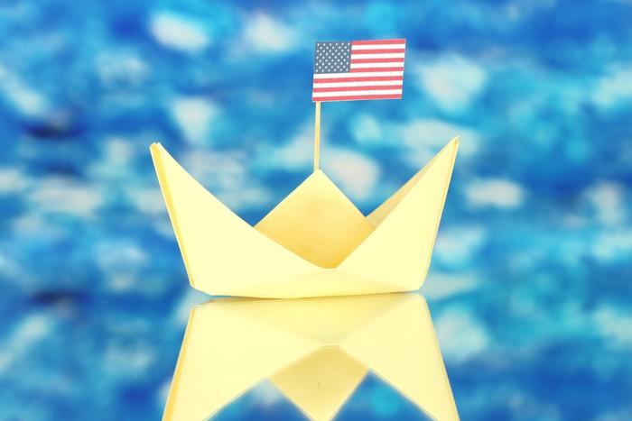 Nálepka Pixerstick Loď s americkou vlajkou, na modrém pozadí. Columbus Day. - Značky a symboly