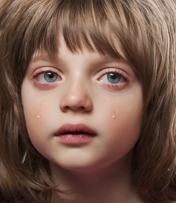 papier peint portrait d 39 une petite fille qui pleure. Black Bedroom Furniture Sets. Home Design Ideas