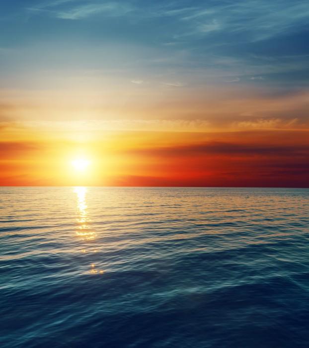 Papier Peint Vinyle Coucher de soleil rouge sur l'eau sombre - Thèmes