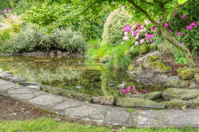 Vinylová Tapeta Upravená zahrada scéna s kamennou hranami rybníku - Příroda a divočina