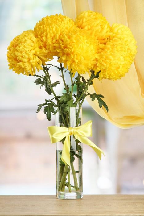 Vinylová Tapeta Zářivě žluté chryzantémy ve skleněné váze, na dřevěném stole - Květiny