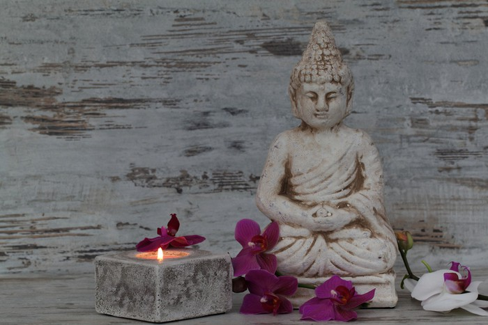 Vinylová Tapeta Buddhafigur mit Orchideen und kerze - Náboženství