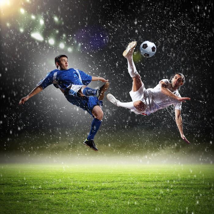 Vinylová Tapeta Dvě fotbalová hráči dopadají míče - Úspěch