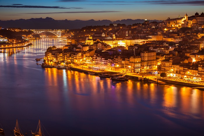 fototapete panorama des alten porto fluss douro und in der nacht portugal pixers wir leben. Black Bedroom Furniture Sets. Home Design Ideas