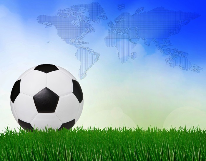 Vinylová fototapeta Fotbal fotbal na zelené louce s modrou oblohou na pozadí - Vinylová fototapeta