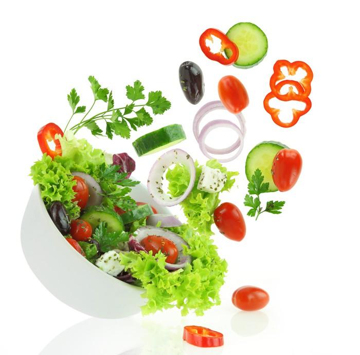Vinilo Pixerstick Mezcla de verduras frescas caer en un cuenco de ...