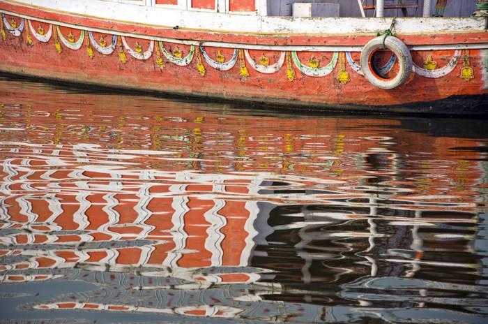Vinylová Tapeta Loď fragment a odrazy na řeky Gangy v Indii - Asie